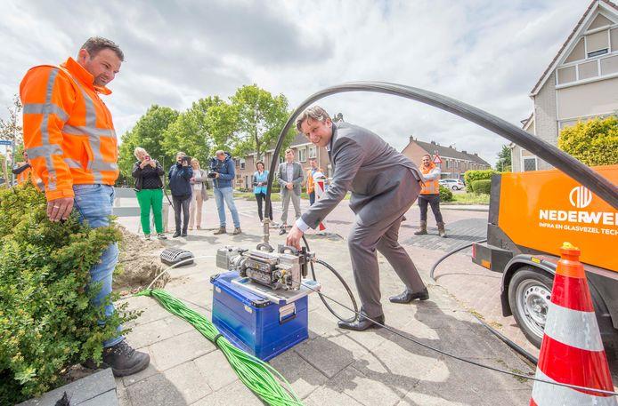 In juni gaf wethouder Cees Pille het symbolische startschot voor de aanleg van glasvezelkabel in de wijk Noordhoek.