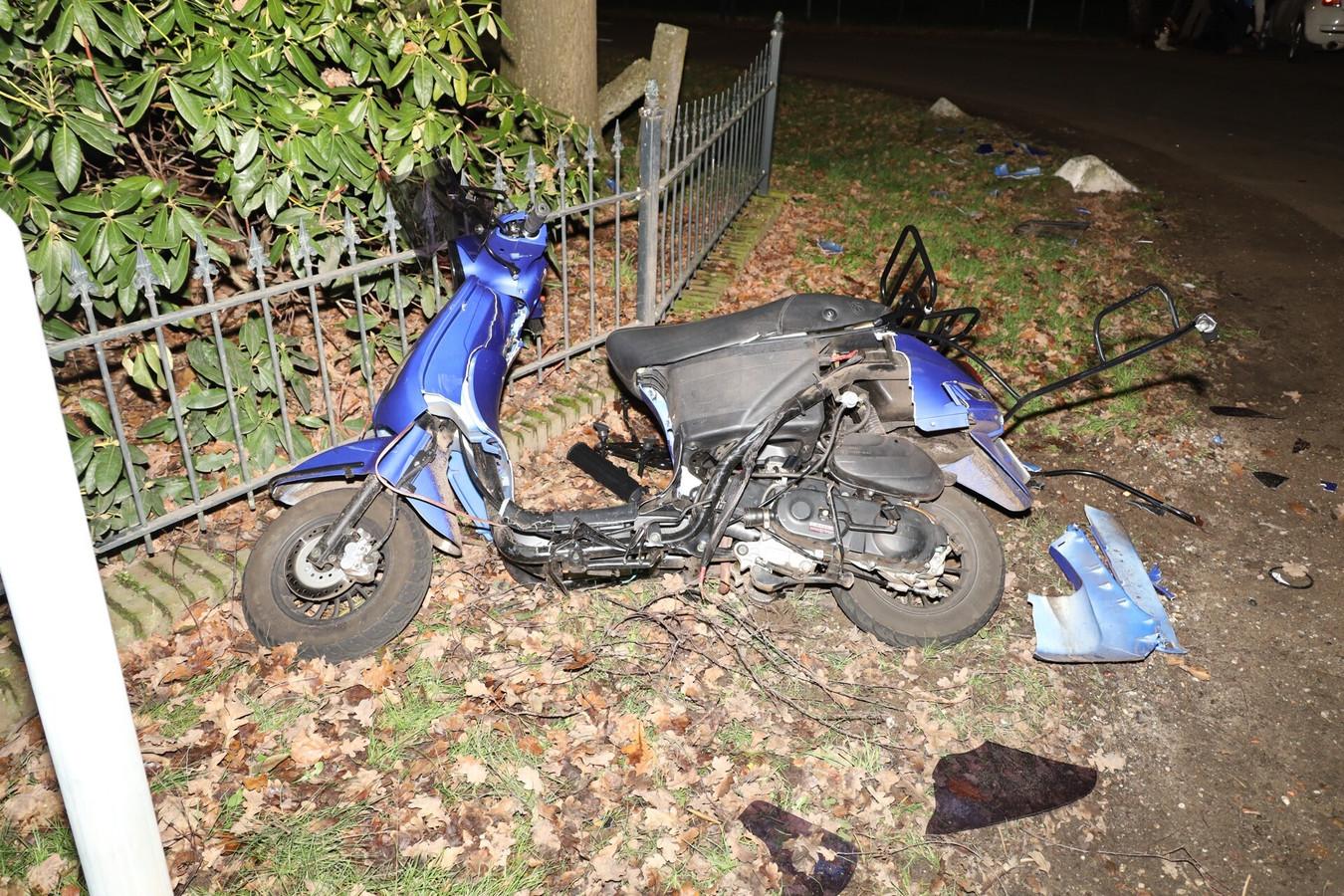 De scooter raakt flinks beschadigd.