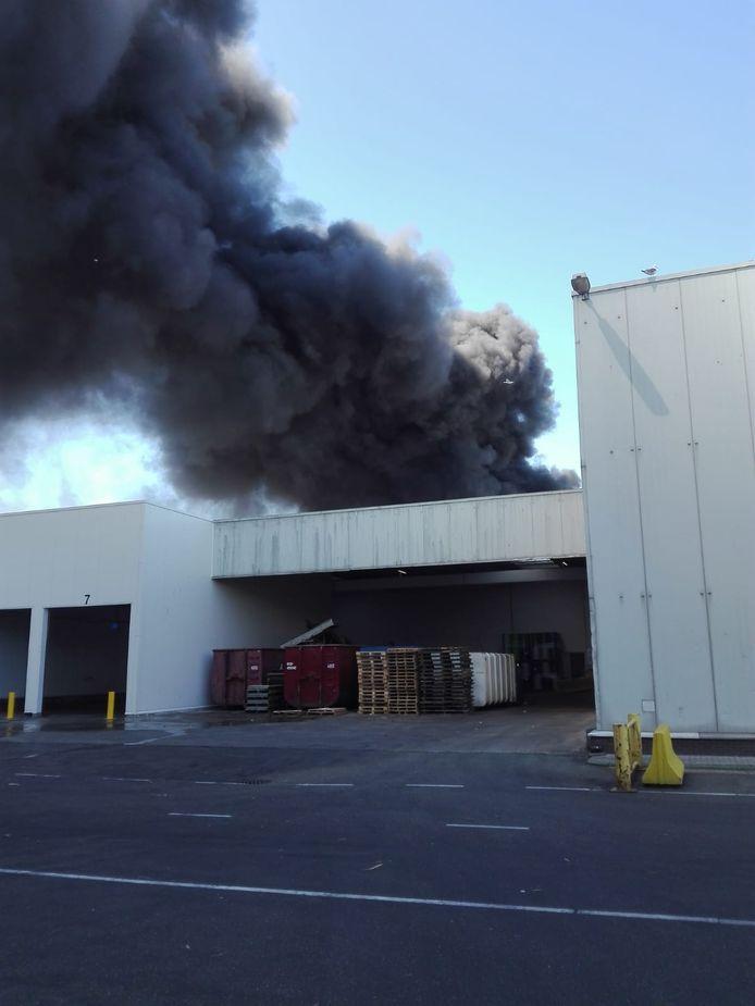Bij de brand zijn zware rookwolken ontstaan, die tot in de verre omtrek zijn te zien.