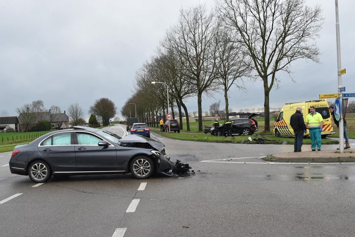De schade aan beide auto's in Well was aanzienlijk.