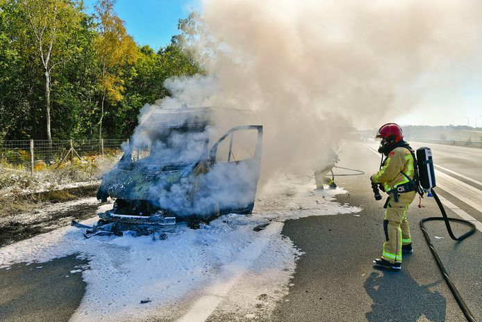 Busje brandt geheel uit op A67
