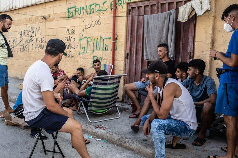 Marokkaanse jongeren op de opvangplek die de Spaanse overheid en het Rode Kruis voor hen in Cueta hebben gecreëerd. Beeld César Dezfuli