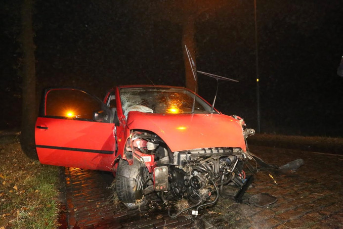 Een bestuurder is gewond geraakt bij een ongeluk op de Casterseweg in Hoogeloon.