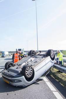 Automobilist slaat over de kop op A12
