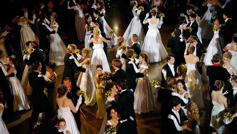 120 jongens en meisjes hun eerste wals op de dansvloer in het Kurhaus te Scheveningen tijdens het Debutantenbal. Beeld ANP