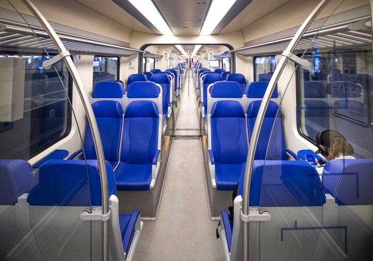 Een lege treincoupe op station Den Haag Centraal. De NS heeft opgeroepen om niet met de trein te reizen als dit niet strikt noodzakelijk is om zo de verspreiding van het coronavirus tegen te gaan.  Beeld ANP