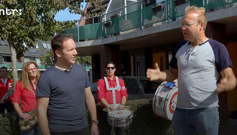 Albert Klein Haneveld (rechts) ontmoet de gemiddelde Nederlander Frank Jansen in het Gelderse Wijchen. Beeld NTR