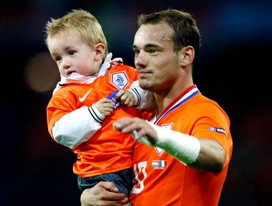 Wesley Sneijder viert de overwinning op Frankrijk met zijn zoontje Jessey.