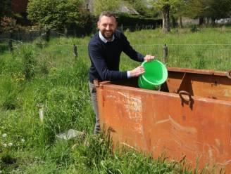 Mallenaren mogen opgepompt grondwater putten uit container of vat aan bouwwerven