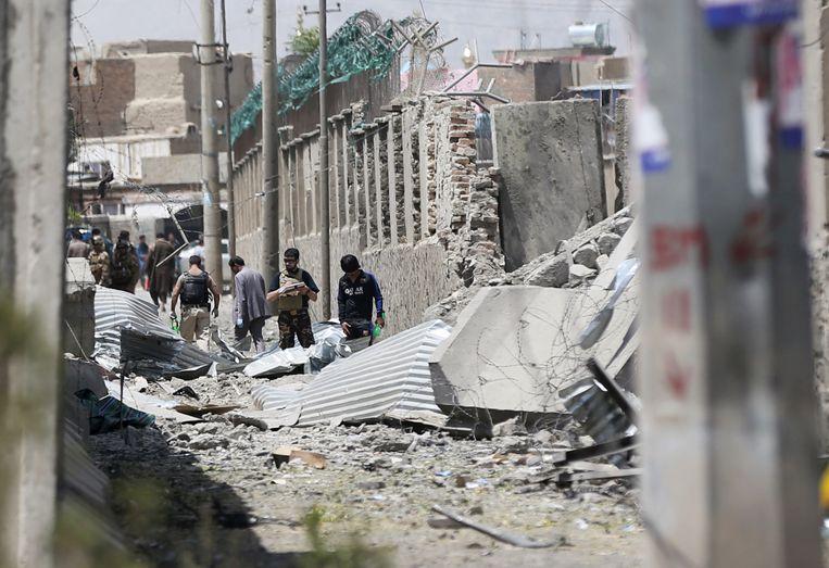 De Afghaanse veiligheidsdiensten inspecteren de plaats van de aanslag.  Beeld REUTERS