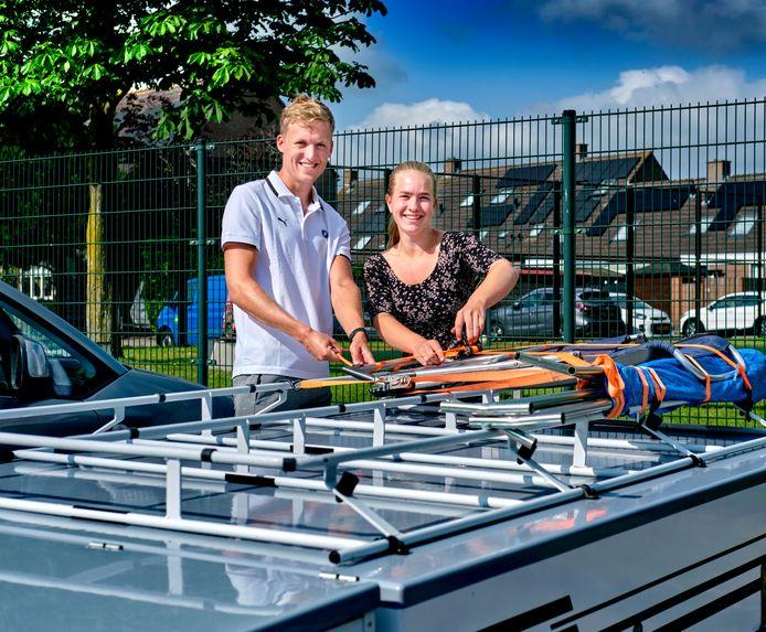 Kelvin van der Jagt en zijn vriendin Sanne Wijkstra maken de vouwwagen gereed voor vakantie. Het stel ontmoette elkaar in Antwerpen. De matroos was toevallig in de stad waar zij studeert. 'We zien elkaar steeds een week wel en een week niet.'
