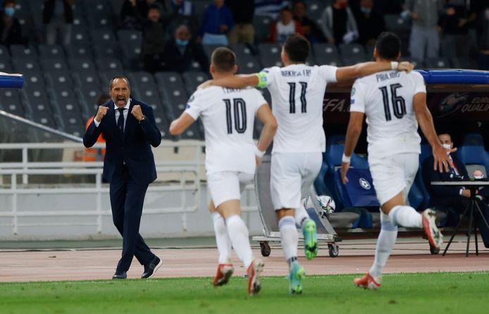 John van 't Schip en zijn spelers vieren een doelpunt in de thuiswedstrijd tegen Zweden
