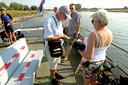 Schipper Bart Kulling verkoopt tickets aan de passagiers voor de overtocht op het Dommerholtsveer over de IJssel. Zomer in Nederland, Quatre Bras.