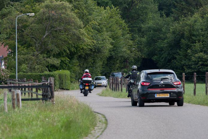 Via de Gortelseweg, die door het bos loopt, rijden motoren door naar Emst.