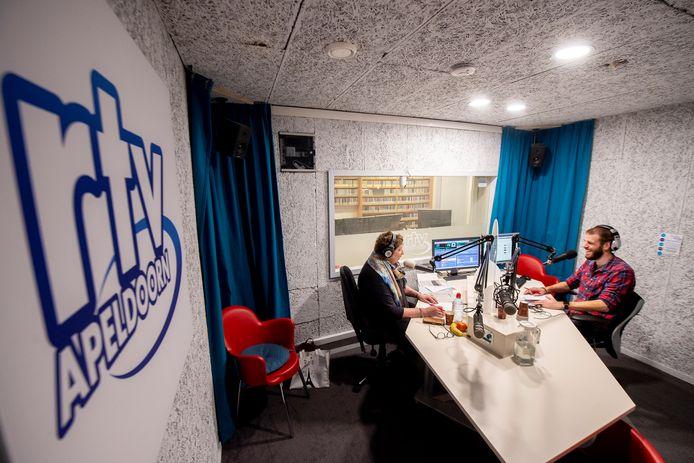 Robbie Veldwijk en Alma van de Blankevoort presenteerden zaterdag het radioprogramma Zaterdagmiddagmix bij RTV Apeldoorn.