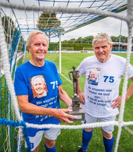Deze mannen uit Nijverdal zijn 75, maar voetballen nog volop: Reden voor een 'eerder vermakelijke dan goede' huldigingswedstrijd