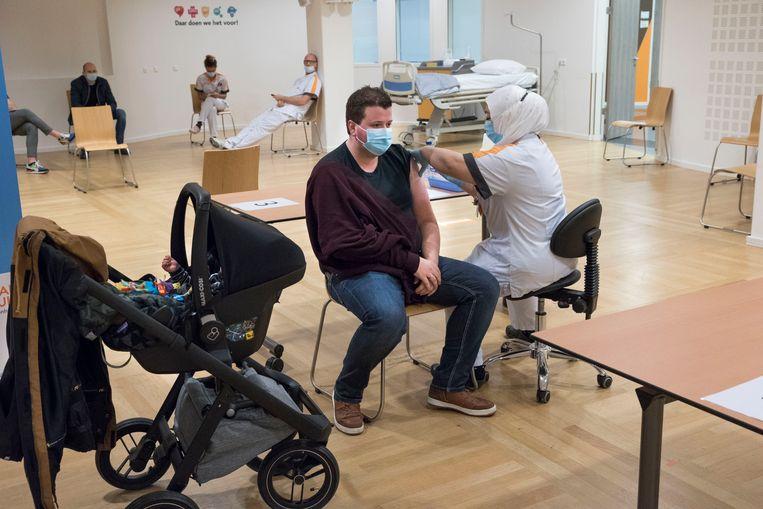 In het Maasstad Ziekenhuis krijgt IC-personeel een vaccinatie. Beeld Arie Kievit