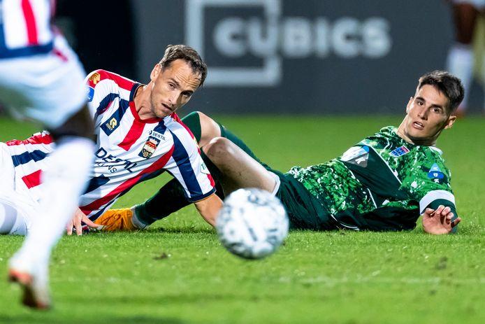 Freek Heerkens (links) in duel met PEC Zwolle-speler Slobodan Tedic.