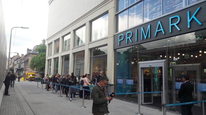 Zo'n dertig fans staan te wachten tot Primark de deuren opent.