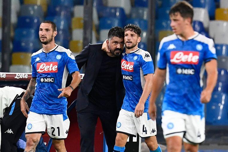 Dries Mertens omhelst zijn coach Gennaro Gattuso in het San Paolo-stadion. Beeld EPA