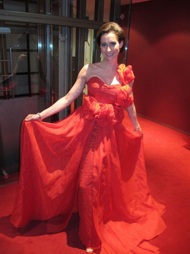Pia Douwes past in haar Addy van den Krommenacker uitstekend bij het rode pluche. Beeld
