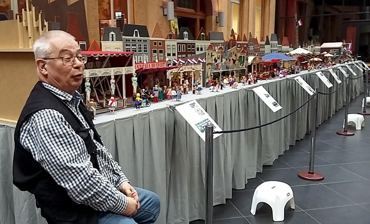 Jan de Graaf voor zijn miniatuurkermis in Parrotia Roosendaal