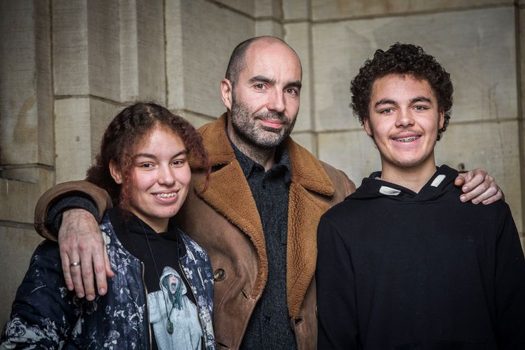 Jeroen Kop (45) en zijn kinderen Daymen (13) en Alyssa (13). Beeld Arie Kievit