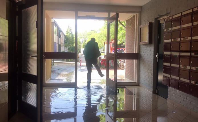 Het water stond in de hal van de flat in Arnhem.
