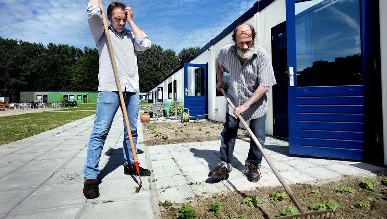 Bewoners Arjan (l) en Max voor de opvang van de Volksbond. Beeld Jean-Pierre Jans (www.jeanpierrejans.nl)
