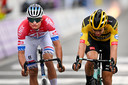 Mathieu van der Poel klopt Wout van Aert in de sprint in de Ronde van Vlaanderen op 18 oktober.