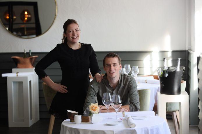 Laura van der Velden en Chiel Sap in hun nieuwe restaurant Le Sable in Zandoerle, dat van start gaat zodra de horeca weer open mag.