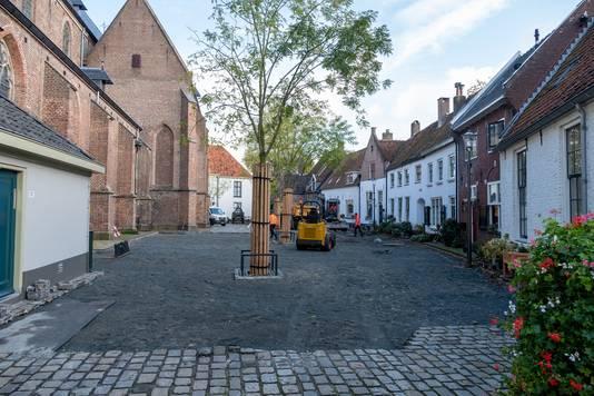 Op het Kerkplein zijn bijna alle kinderkopjes al verwijderd. Hier zullen ze opnieuw gebruikt worden, maar dichter op elkaar gelegd zodat er een meer egale vloer ontstaat.