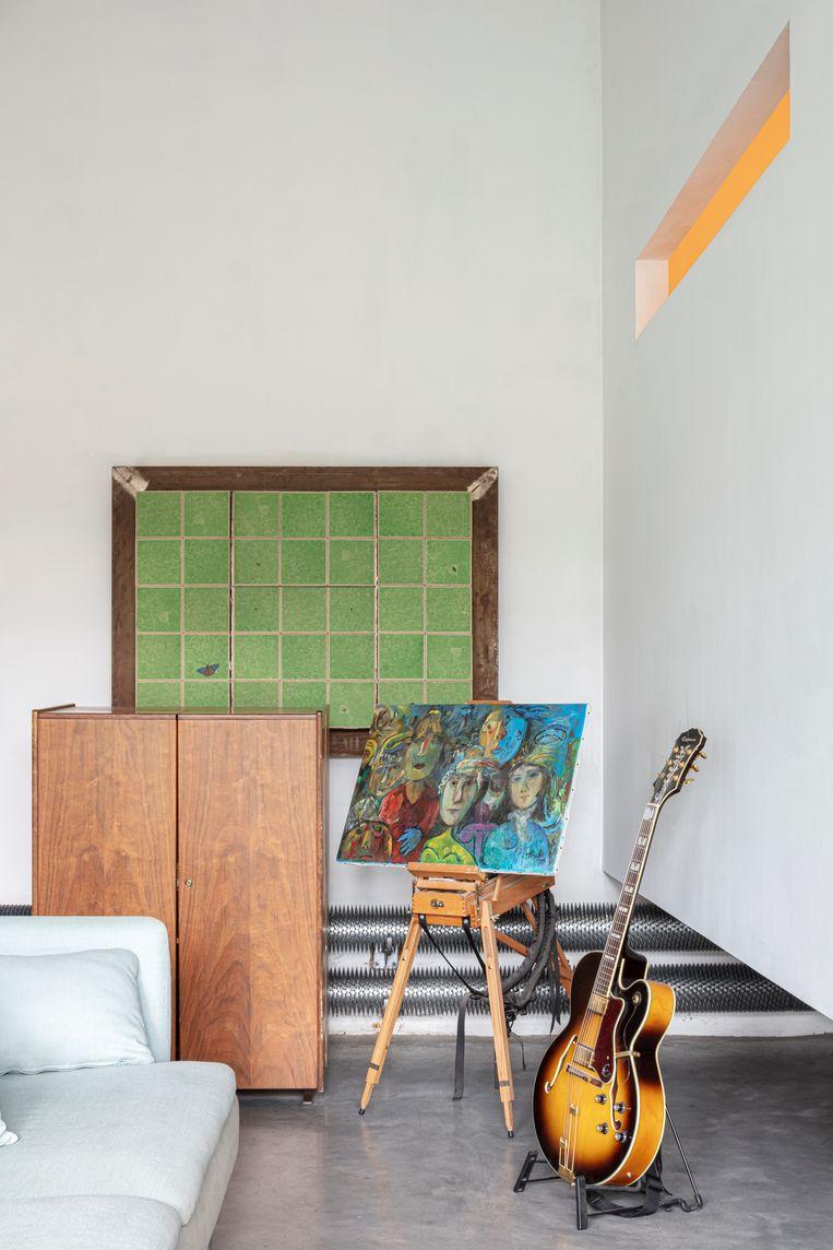 Links een Mummenthaler & Meier-secretaire die je helemaal kan openvouwen.Daarnaast een schilderij van Maarten Krabbé (1918-2005). Aan de wand: een gezeefdrukte kast ontworpen voor uitgeverij PlaatsMaken. Beeld Tim van de Velde