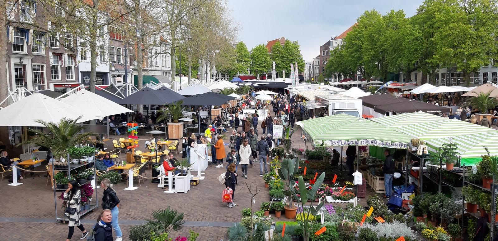 De drukte in de Deventer binnenstad in beeld.