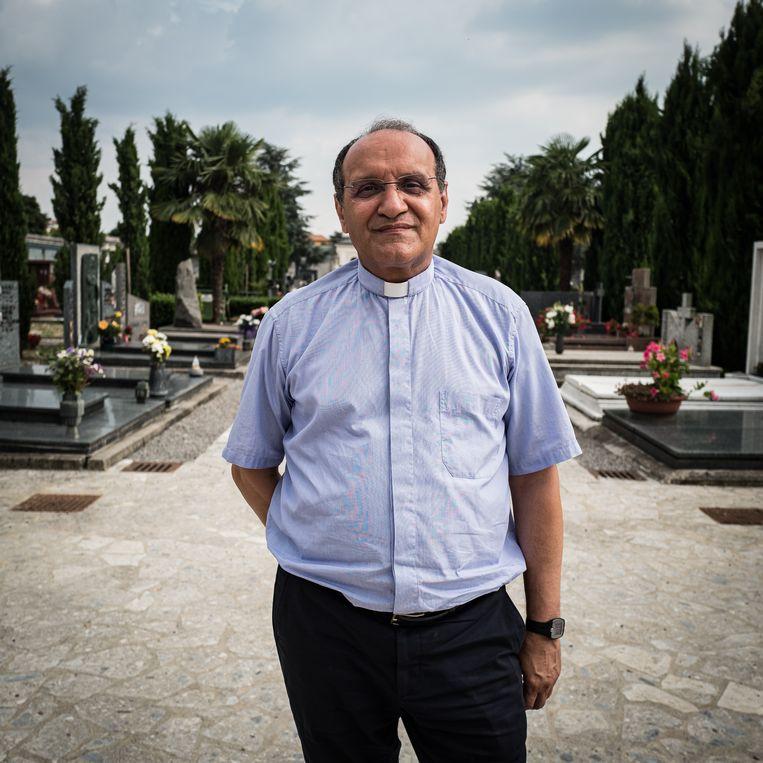 Don Mario Carminati op de begraafplaats van Santissimo Redentore, waar hij vele slachtoffers van het coronavirus heeft begraven.  Beeld Nicola Zolin