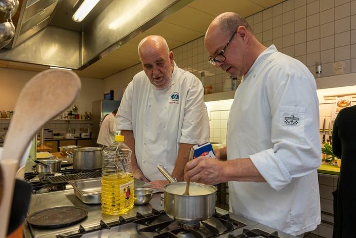 'Ik vind het mooi om de basiskennis van koken over te dragen', aldus Sjaak de Fouw (links).