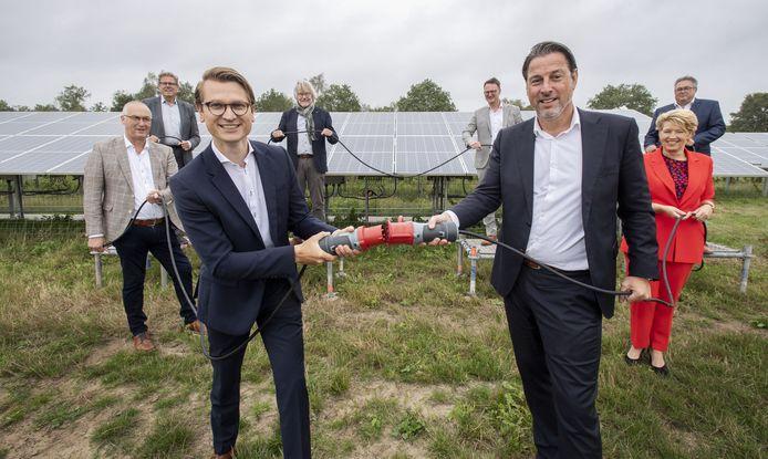Tien Twentse gemeenten tekenen bij Twence een overeenkomst over het samen duurzaam opwekken van energie. Links vooraan wethouder Jaimi van Essen en rechts directeur Twence, Marc Kapteijn. Vertegenwoordigers van gemeenten Enschede en Hof van Twente waren niet aanwezig.