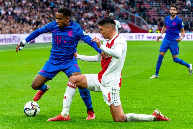 Quinten Timber van FC Utrecht en Ajax-speler Edson Alvarez tijdens de Eredivisiewedstrijd op zondag. Beeld Pro Shots / Marcel van Dorst