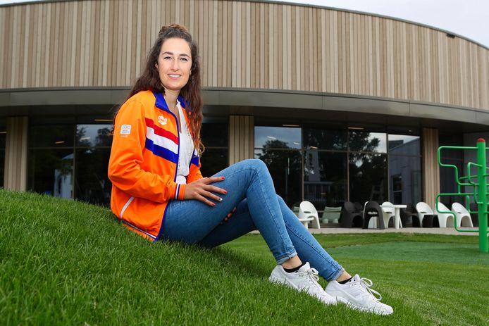 Iris Kamminga, zus van Arno Kamminga die al twee zilveren medailles pakte op de Olympische Spelen van Tokio, poseert voor zwembad Aquamar, waar haar jongere broer veel trainingsuren maakte.