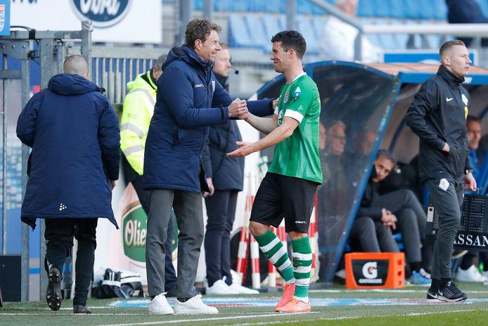 Trainer Bert Konterman bedankt Pelle Clement bij zijn vervanging voor de inbreng, een doelpunt en een assist.