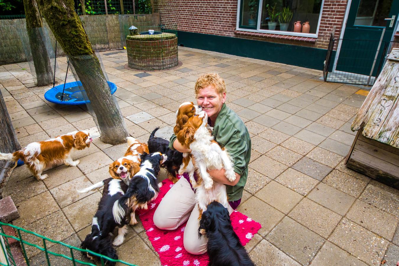 Leonie Zieverink vorig jaar met enkele van haar hondjes op het erf van haar gehuurde woonboerderij.
