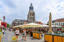 Volle terrassen op de sfeervolle Grote Markt van Bergen op Zoom. Door extra horeca toe te staan in leegstaande winkels in de aanloopstraten naar het centrum, wil de gemeente de binnenstad vitaal houden.