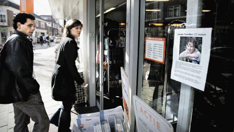 De ouders van Joanne Noordink proberen via de media en door posters een spoor van hun dochter te vinden. (FOTO KOEN VERHEIJDEN) Beeld