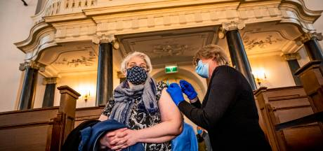 Geef AstraZeneca aan de mannen en ga door met prikken, zegt deze huisarts: 'Mensen overlijden aan corona terwijl vaccin op de plank ligt'