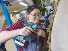 Apeldoornse scholier Li-anne (17) enige timmervrouw bij bouwwedstrijd