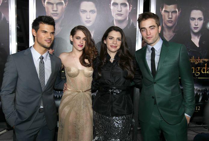 """Stephenie Meyer avec les acteurs de """"Twilight"""", Kristen Stewart, Robert Pattinson et Taylor Lautner."""