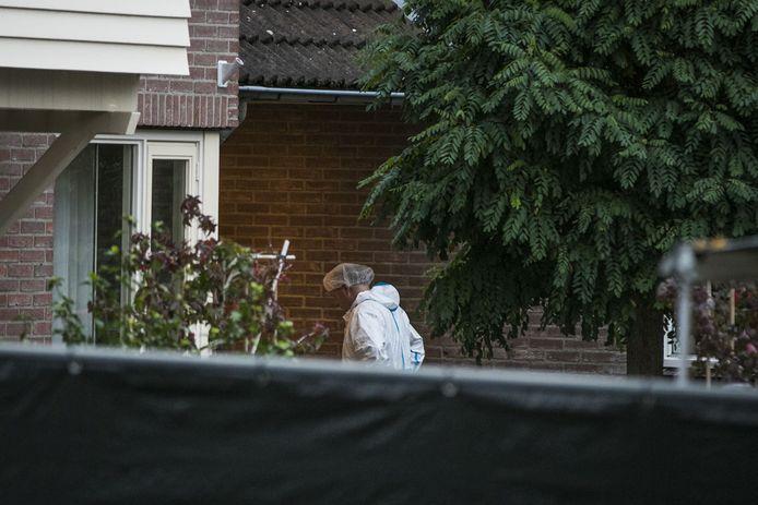 De politie doet onderzoek naar de doodsoorzaak van een echtpaar in een woning aan de Julianalaan. Een zoon van het echtpaar is in de woning als verdachte aangehouden.