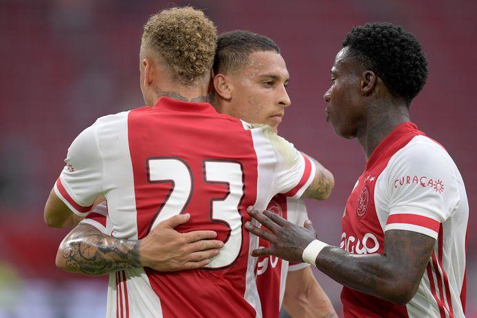 Antony, Noa Lang en Quincy Promes bejubelen één van de Ajax-doelpunten.