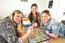 Het spel Back To 1 Hour is ook gekocht door Patricia Hoek in Waddinxveen die het met haar jonge dochters Zoë (8) en Demi (11) heeft gespeeld.