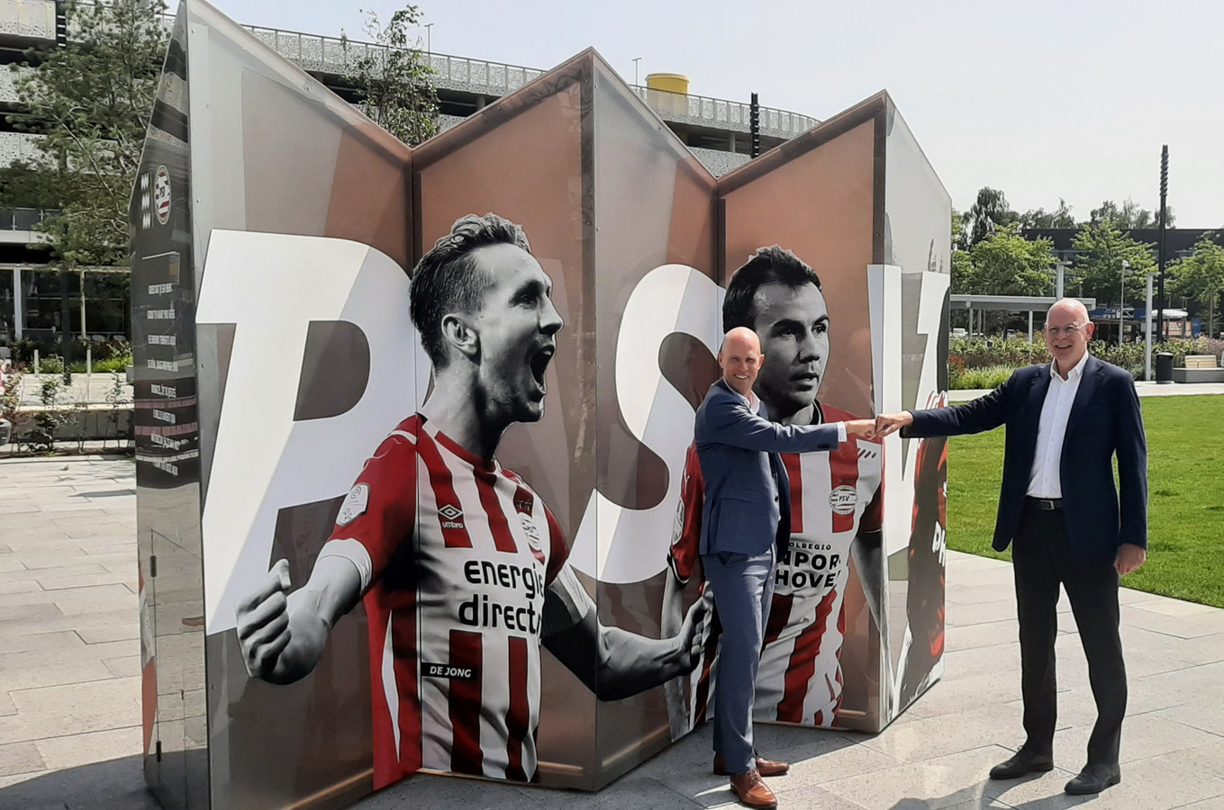 Directeur Roel Hellemons van Eindhoven Airport en directeur Toon Gerbrands van PSV bij het nieuwe kunstwerk bij de luchthaven.